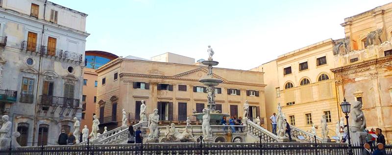 Fontana-Pretoria-con-detras-Palazzo-Bonocore